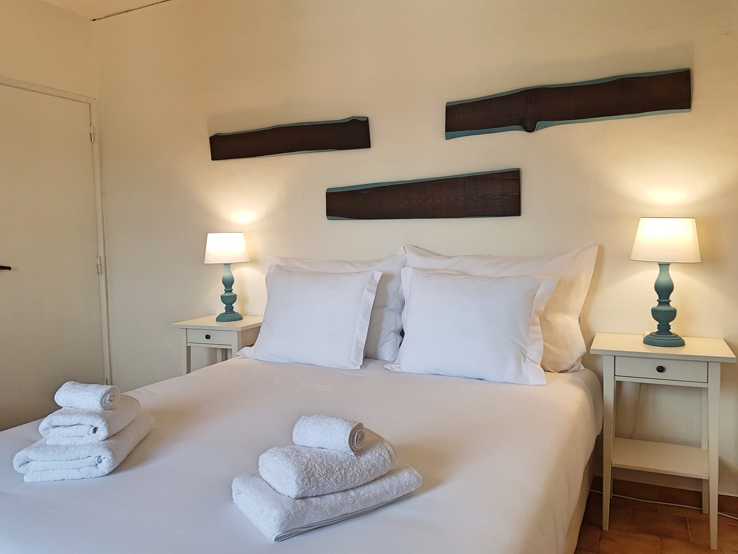 Most of our rooms have two beds, with a choice of setup as a double, so one bed of 180 x 200 or as 2 singles of 90 x 200. However, in 2 of our comforts, the family suite and the studio apartment, we have a double bed of 160 x 200.